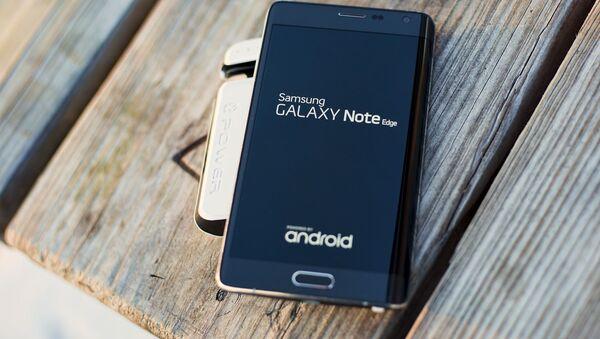 Un celular Samsun Galaxy Note Edge (imagen referencial) - Sputnik Mundo