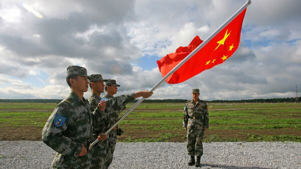 Militares del Ejército Popular de Liberación con la bandera de China  - Sputnik Mundo