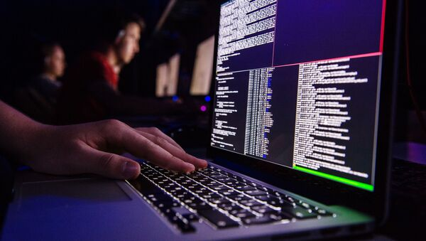 Una computadora portátil con el código (imagen referencial) - Sputnik Mundo