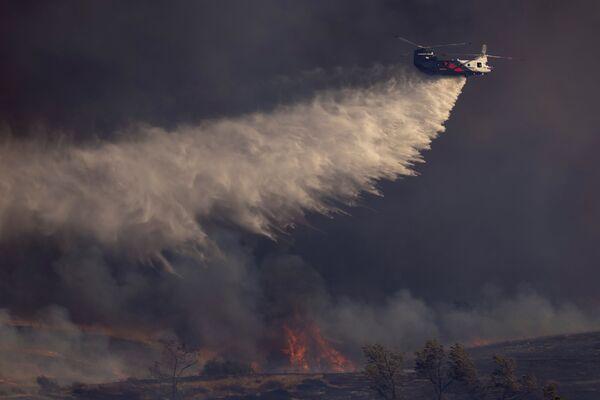 La aviación y los militares participan en la extinción del incendio. Dos rescatistas fueron ingresados en el hospital con diferentes traumas. - Sputnik Mundo