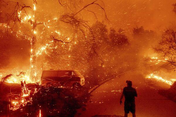 Las llamas en el cañón de Silverado (el condado de Orange) han sido más fuertes. Allí el incendio empezó en una casa privada.En la foto: la extinción del incendio en el condado de Orange, estado de California. - Sputnik Mundo