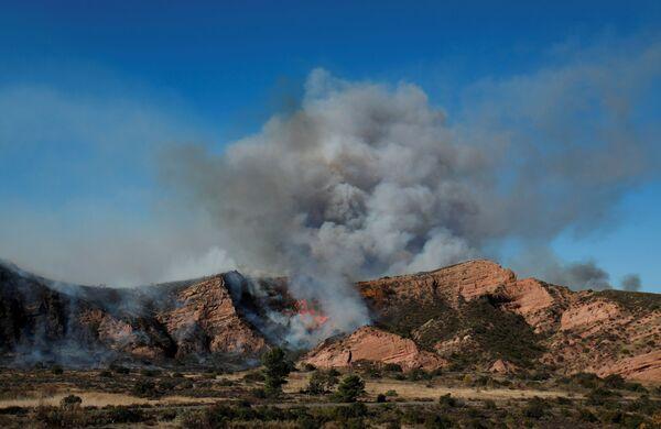 En California, según los datos preliminares, se quemaron decenas de casas. Aún no está claro cuál será el balance de los daños. - Sputnik Mundo
