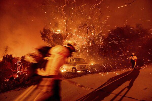 Según los últimos datos, las llamas cubrieron aproximadamente 3.000 hectáreas. No podemos contenerlas todavía. No disponemos de los datos precisos sobre la cantidad de casas dañadas o quemadas. Su número está creciendo sin parar. No quiero difundir información potencialmente errónea, declaró el jefe del Departamento de Bomberos del condado de Orange, Brian Fennessy. - Sputnik Mundo