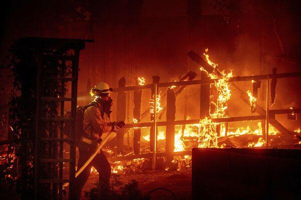 Este año los incendios en California cubrieron una superficie récord de casi un millón de hectáreas. Se quemaron casi 4.000 casas, y el humo alcanzó Europa.En la foto: un bombero lucha contra el fuego en el condado de Orange, estado de California. - Sputnik Mundo