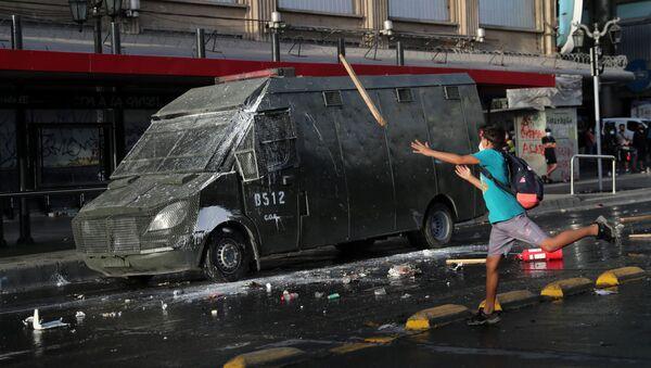 Участник протеста в Сантьяго, Чили - Sputnik Mundo