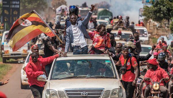 Угандийский музыкант и политик Роберт Кьягуланьи, также известный как Боби Вайн, приветствует своих сторонников - Sputnik Mundo