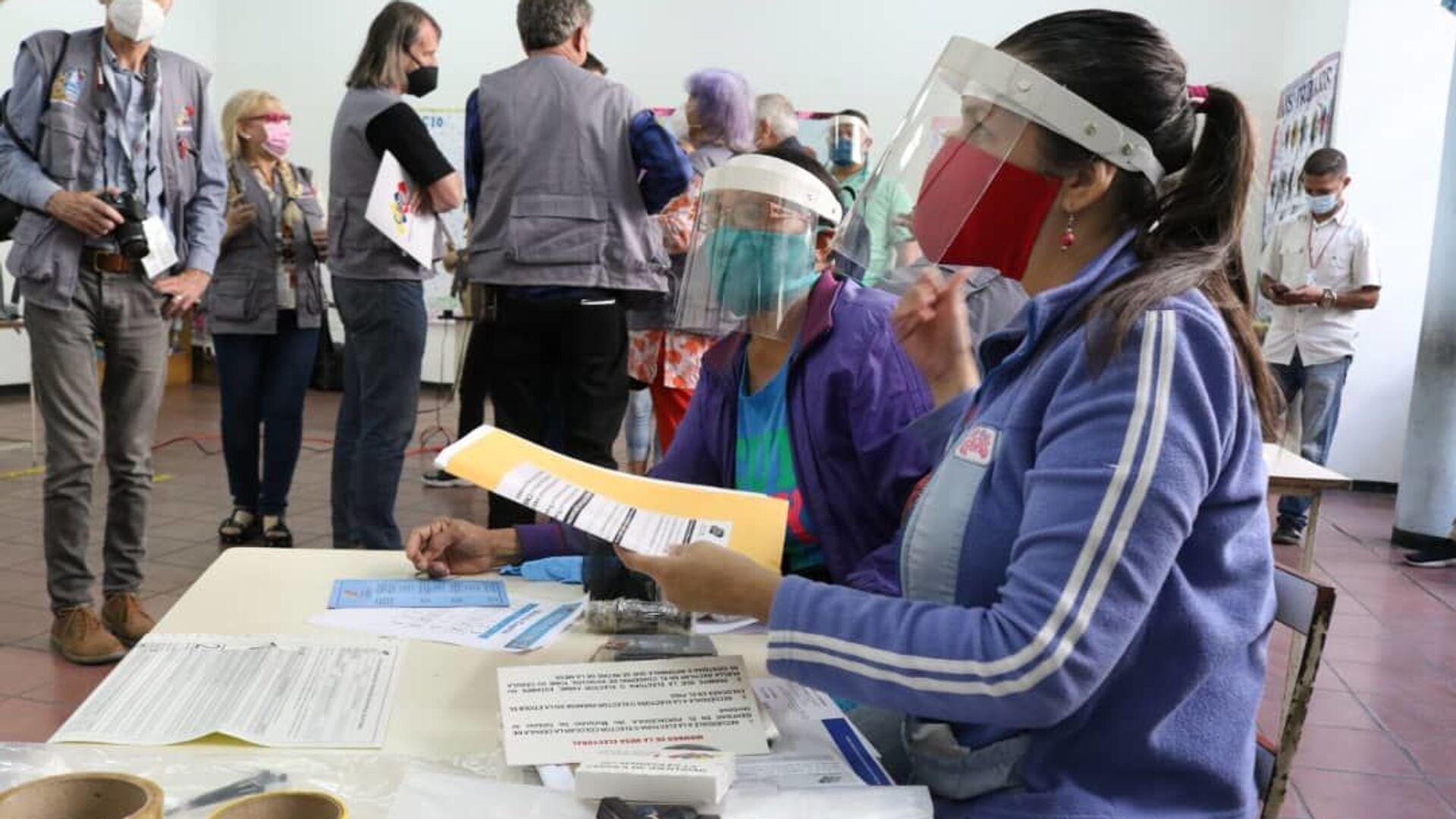 La instalación de las mesas de votación para las elecciones parlamentarias en Venezuela - Sputnik Mundo, 1920, 14.06.2021