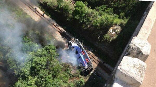 La caída de autobús de viaducto en Brasil - Sputnik Mundo