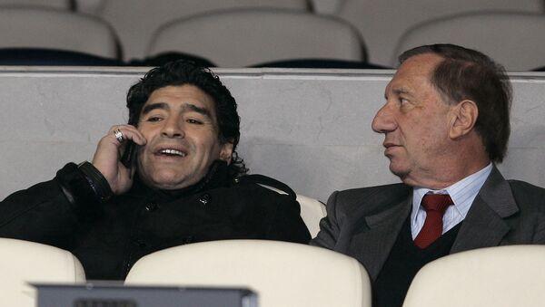 Diego Maradona junto a Carlos Bilardo juntos en un estadio en 2008 - Sputnik Mundo