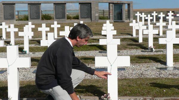 Julio Aro en el Cementerio de Darwin, Islas Malvinas - Sputnik Mundo