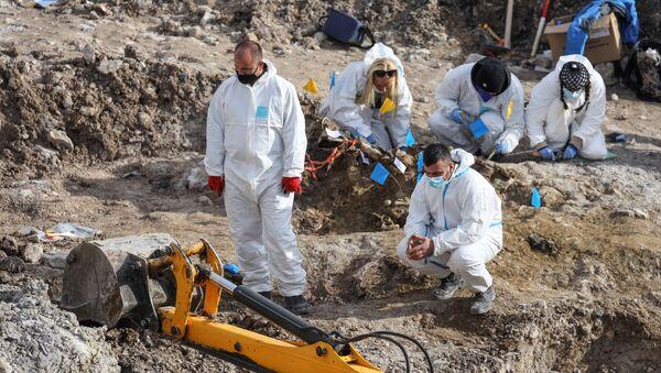 Los investigadores forenses buscan restos de más de una docena de albanokosovares asesinados durante la guerra de Kosovo - Sputnik Mundo