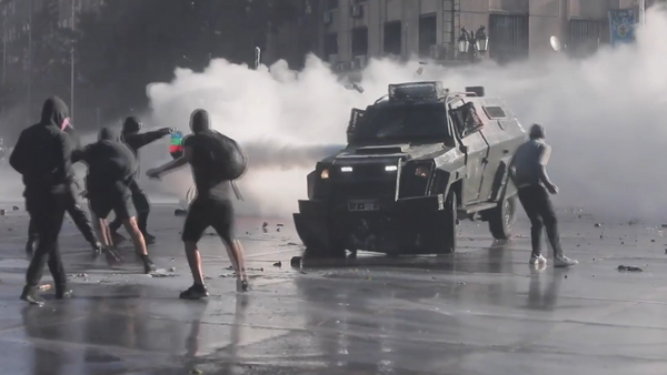 Dispersan con cañones de agua y gas lacrimógeno a los manifestantes en Chile - Sputnik Mundo