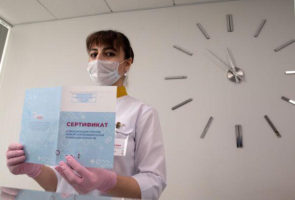 Los médicos rusos utilizan la primera vacuna registrada contra el COVID-19, Sputnik V. La inmunización consta de dos fases. Los que ya recibieron la vacuna obtienen un certificado que confirma su vacunación. - Sputnik Mundo