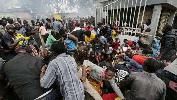 Los vecinos desesperados por una distribución planificada de alimentos en Kenia - Sputnik Mundo