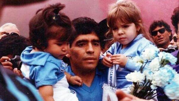 Diego Maradona con sus hijas - Sputnik Mundo