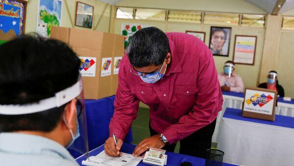 Nicolás Maduro, presidente de Venezuela, votando durante las elecciones parlamentarias de 2020 - Sputnik Mundo