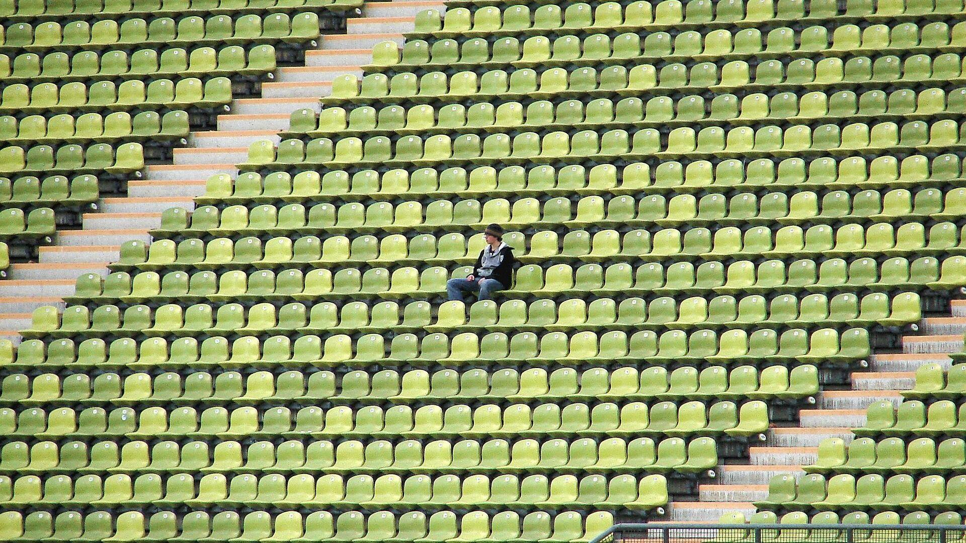 Una persona sola en un estadio, referencial - Sputnik Mundo, 1920, 19.05.2021