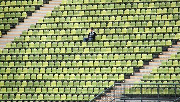 Una persona sola en un estadio, referencial - Sputnik Mundo