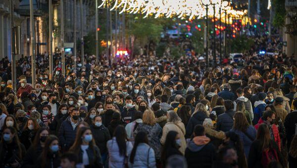 Personas caminan por una calle del centro de Barcelona.  - Sputnik Mundo