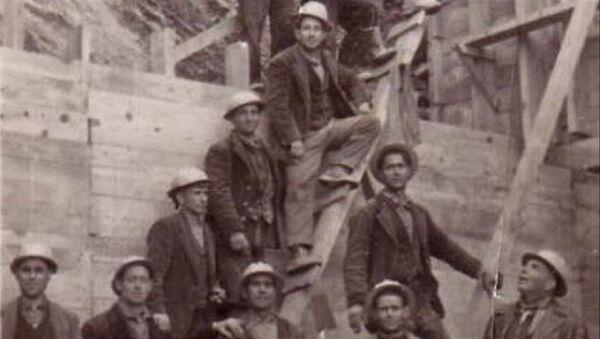 Trabajadores de la presa de Torrejón, en Cáceres (España) - Sputnik Mundo