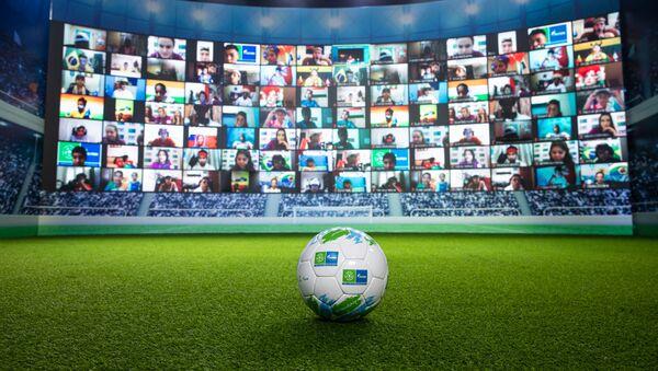 Una pelota de fútbol y una pantalla - Sputnik Mundo