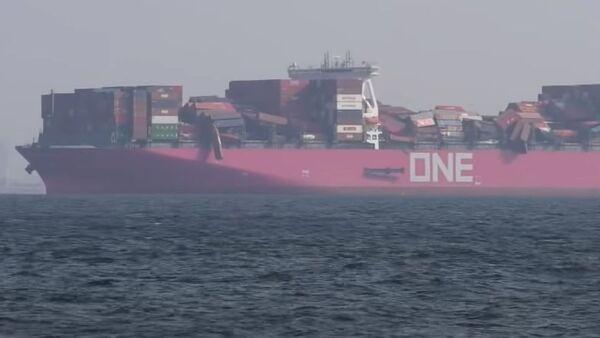 Un buque pierde cientos de contenedores por una tormenta - Sputnik Mundo