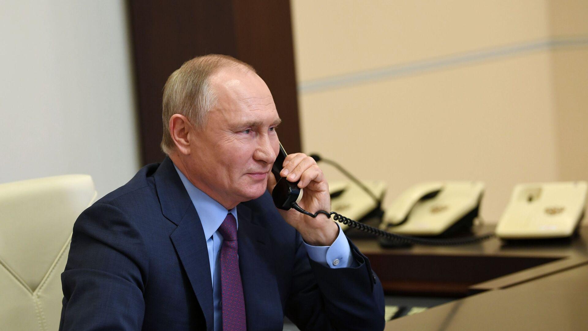 Vladímir Putin, presidente de Rusia, habla por teléfono con una veterana - Sputnik Mundo, 1920, 02.06.2021