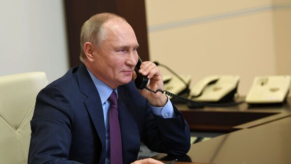 Vladímir Putin, presidente de Rusia, habla por teléfono con una veterana - Sputnik Mundo