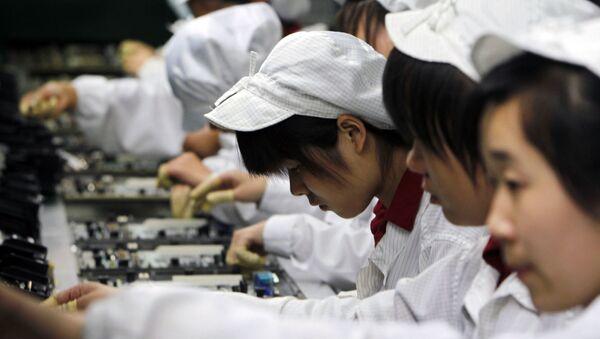 Trabajadores de la fábrica Foxconn en China (archivo) - Sputnik Mundo