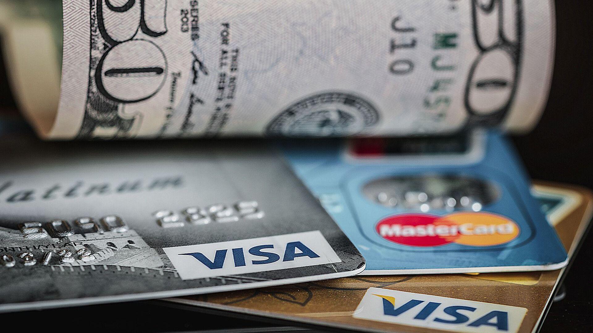 Unas tarjetas de crédito y unos dólares - Sputnik Mundo, 1920, 28.04.2021
