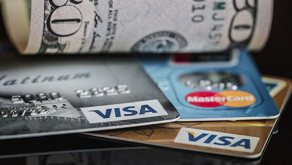 Unas tarjetas de crédito y unos dólares - Sputnik Mundo