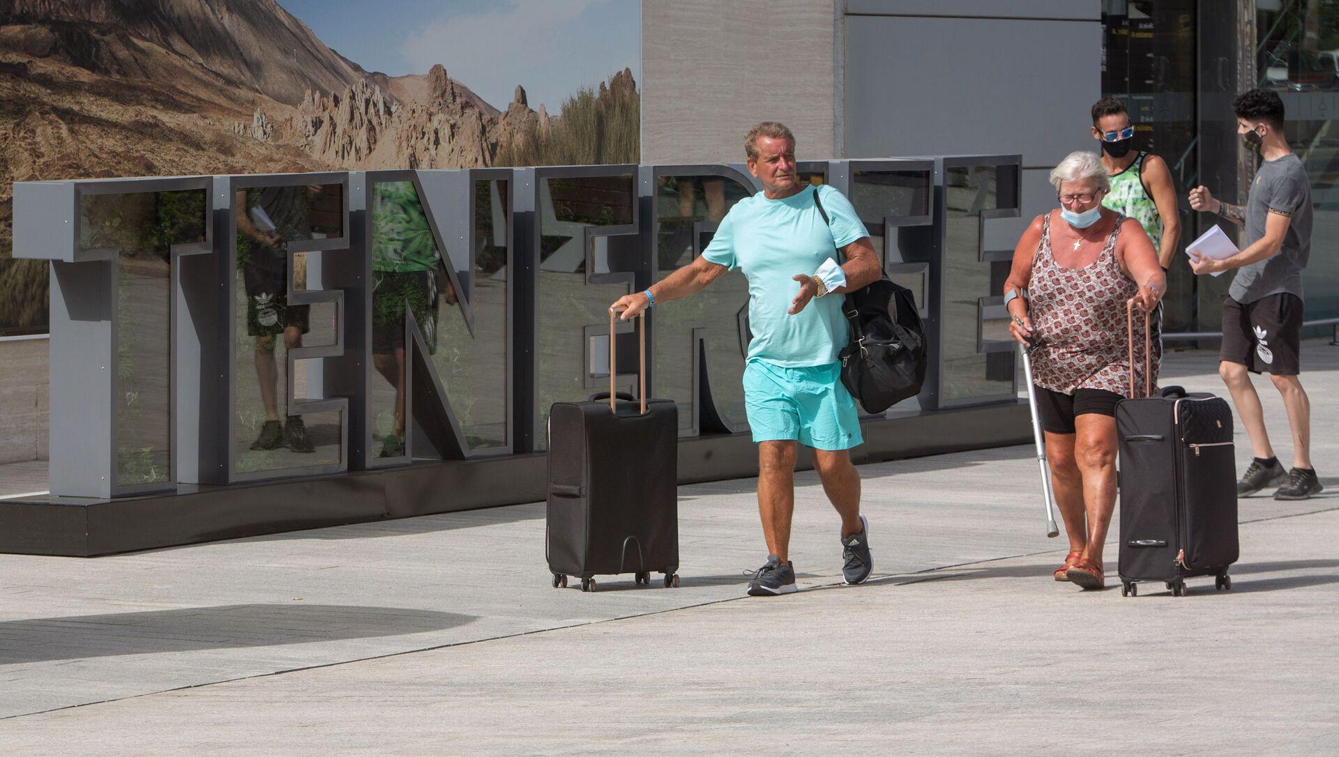 Turistas británicos llegan al Aeropuerto Internacional Reina Sofía en Tenerife. 28 de julio de 2020. - Sputnik Mundo, 1920, 11.12.2020