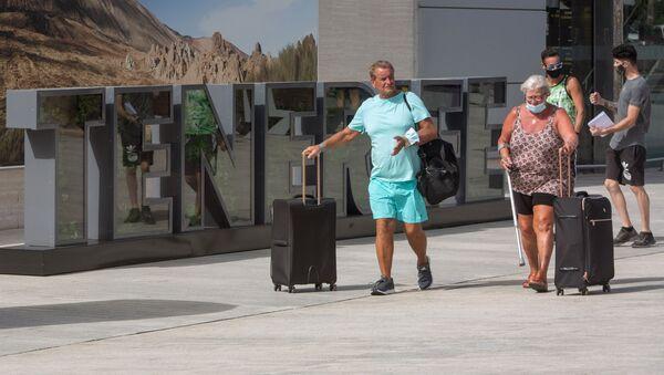 Turistas británicos llegan al Aeropuerto Internacional Reina Sofía en Tenerife. 28 de julio de 2020. - Sputnik Mundo