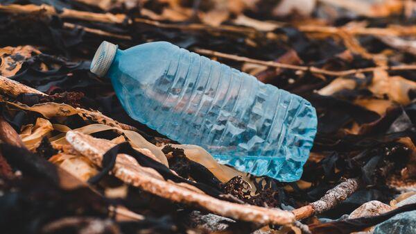 Una botella de plástico - Sputnik Mundo