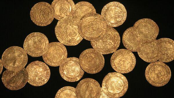 Unas monedas de oro de la época de la dinastía Tudor encontradas en un jardín en Inglaterra - Sputnik Mundo