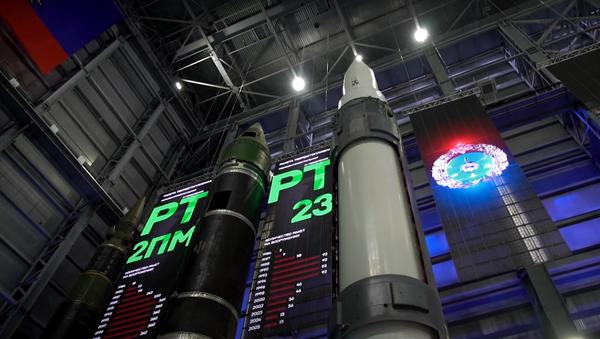 Un misil del complejo hipersónico ruso Avangard (a la derecha) - Sputnik Mundo
