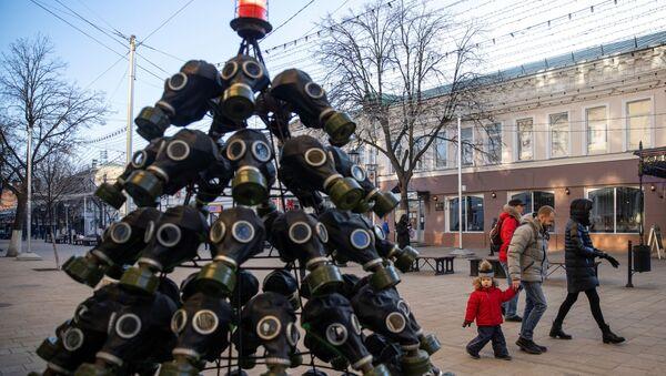 Los árboles de Navidad más inusuales del 2020: máscaras antigás y trampas para langostas   - Sputnik Mundo