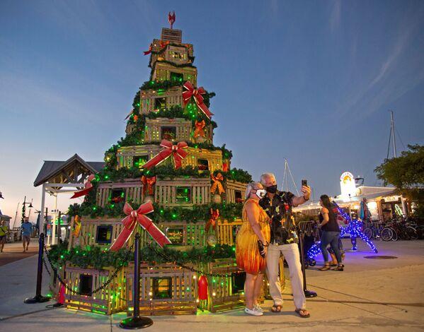 En Key West (Florida) el evento anual Key West Holiday Fest incluye tradicionalmente un árbol de Navidad hecho de trampas para langostas.  - Sputnik Mundo