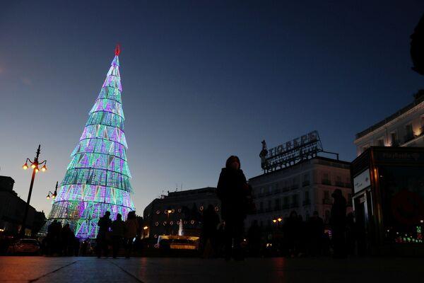 En la Puerta del Sol —la plaza principal de Madrid— desde hace muchos años en lugar del tradicional árbol de Navidad, se coloca una enorme construcción luminosa en forma de árbol.  - Sputnik Mundo