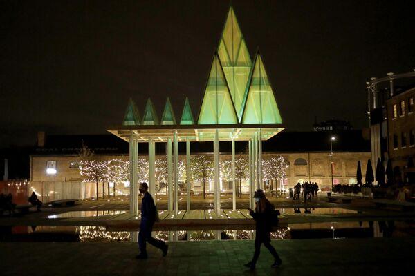 En Granary Square en Londres instalaron un diseño interactivo llamado 'Electric Nemeton Tree'. Sus creadores se inspiraron en la antigua cultura celta.   - Sputnik Mundo