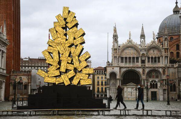 Un árbol de Navidad digital apareció en la plaza de San Marcos de Venecia. Está compuesto por más de 80 elementos que miden un metro por cincuenta centímetros. Según la idea del autor, Fabrizio Plessi de 80 años, la luz que cae del árbol simboliza la esperanza así como la unión de la tierra y el cielo durante las vacaciones de Navidad. - Sputnik Mundo