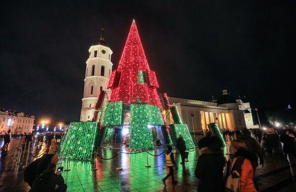 Un inusual árbol de Navidad al estilo 'hi-tech' instalado en el centro de Vilnius es perfecto para las fiestas en la cuarentena. Es bastante alto (24 m), por lo que es conveniente admirarlo desde la distancia y evitar el contacto. - Sputnik Mundo