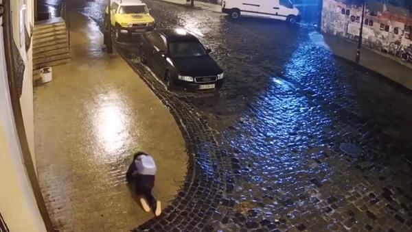 Una ucraniana intenta cruzar una calle helada en Kiev - Sputnik Mundo