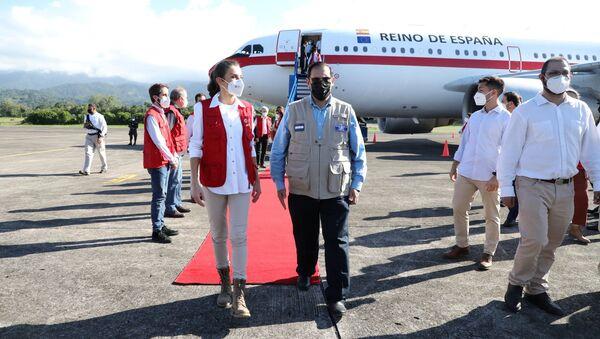 El canciller de Honduras, Lisandro Rosales, recibiendo a la reina Letizia de España - Sputnik Mundo