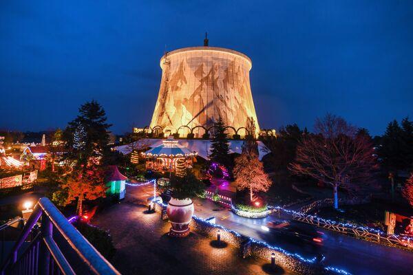 Solo países muy ricos como Suiza y Alemania pueden permitirse el lujo de negarse a usar energía nuclear. Actualmente el país germano dispone de 17 centrales nucleares en funcionamiento, pero para el año 2022 todas estas instalaciones dejarán de funcionar. En la foto: la antigua central nuclear en Kalkar, decorada para la Navidad. - Sputnik Mundo