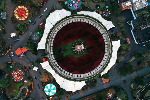 La central eléctrica, que ya había sido casi completamente construida, fue conservada en 1991 y pronto fue vendida a un inversor neerlandés, que decidió hacer de esta central un parque de atracciones. En la foto: una foto aérea de la feria navideña en la antigua central nuclear en la ciudad de Kalkar. - Sputnik Mundo