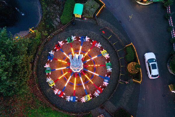 El 'parque de atracciones nuclear' en la ciudad de Kalkar, donde trabajan 550 personas, recibe anualmente a 600.000 visitantes. En la foto: una feria navideña en la antigua central nuclear. - Sputnik Mundo