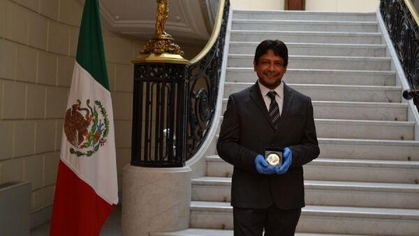 El historiador Alejandro Sheseña recibe la medalla de Yuri Knórozov - Sputnik Mundo