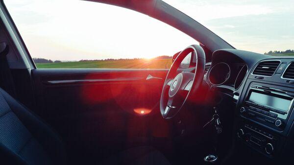 El interior de un coche con la llave de contacto metida en el bombín de arranque - Sputnik Mundo