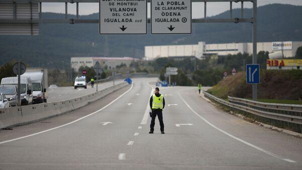 Un policía catalán en un control en una carretera de Cataluña - Sputnik Mundo